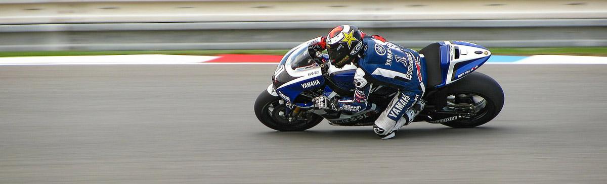 Motorradfahren ist ein gefährlicher Sport - damit der Spaß erhalten bleibt, sollte ein Motorradhelm zur Standardausrüstung jedes Fahrers gehören.