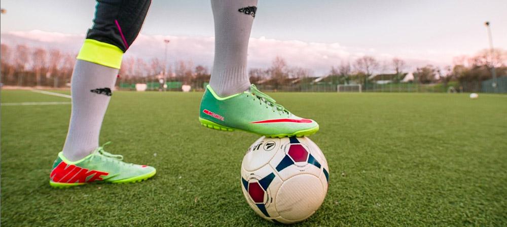 Die Schienbeinschoner gehören zum wichtigen Zubehör beim Fussball.