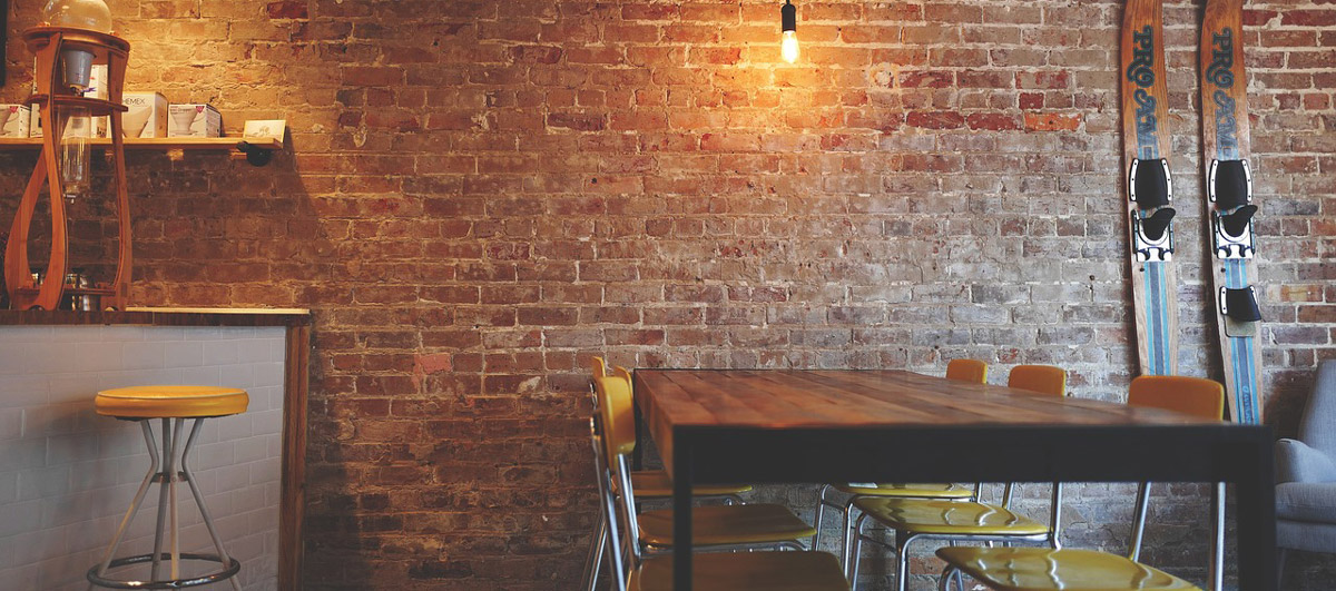 Alte Möbel mit der Möbelpolitur zum neuen Glanz erwecken.