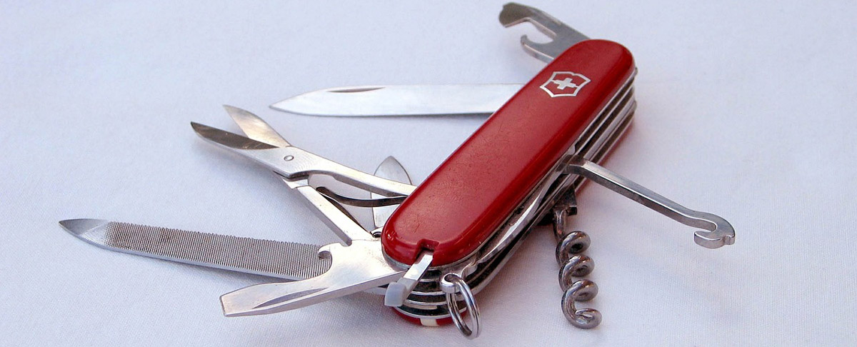 Das Schweizer Taschenmesser gibt es neben der Grundform in rot und mit dem Schweizer Kreuz auch in vielen anderen Farben, Mustern und Formen sowie mit zusätzlichem Werkzeug.