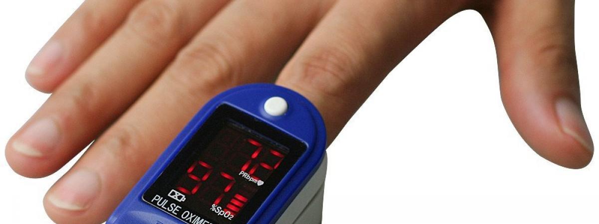 Ein Pulsoximeter angebracht an der Fingerspitze zum Messen der Sauerstoffsättigung