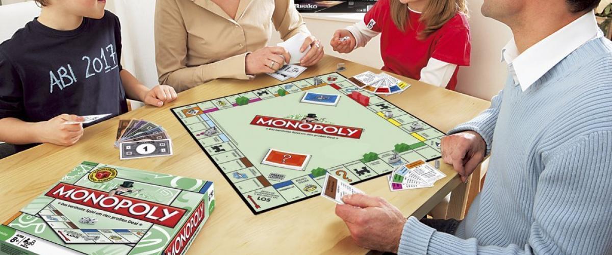 Eine Familie beim Spielen des Brettspiels Monopoly