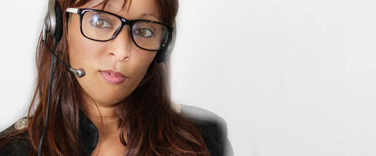 Eine Frau benutzt ein kabelgebundenes On-Ear Headset