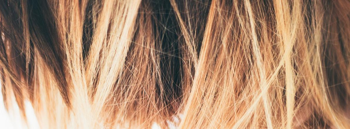 Glatte Haare mit der Glättungsbürste