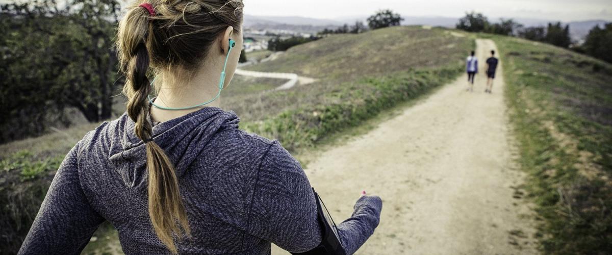In-Ear Bluetooth-Kopfhörer im Einsatz beim Wandern im Freien