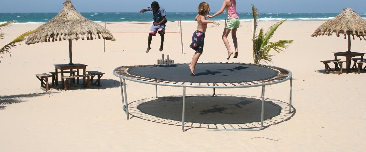 Kinder haben Spaß auf dem Trampolin