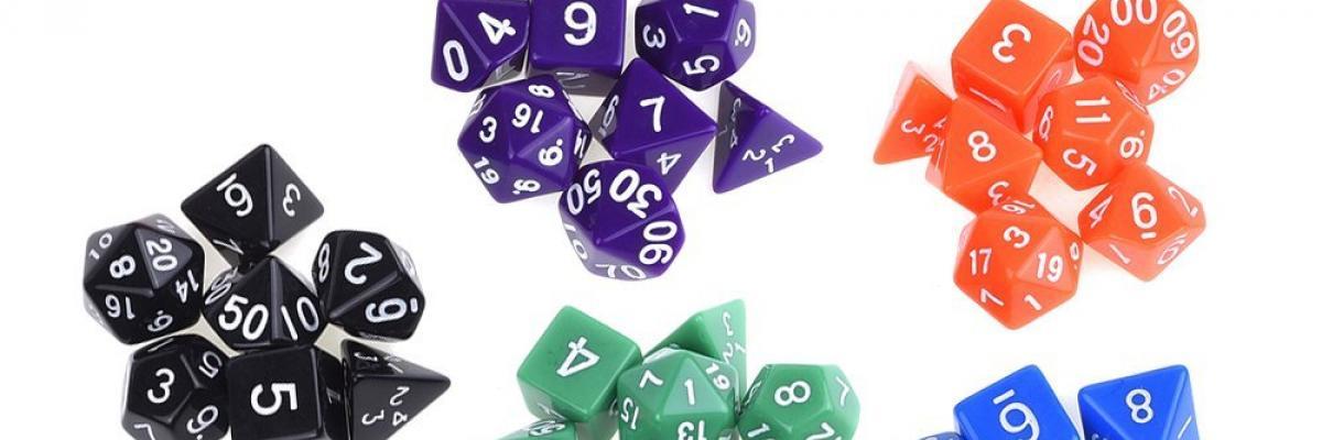 Polyhedral Würfel in unterschiedlichen Farben, Formen und mit Würfeltaschen