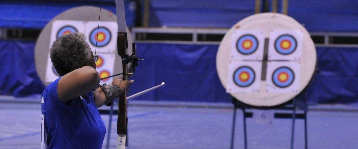 Sportbogenschütze benutzt einen Recurvebogen mit Pfeilauflage und Schussfenster bei einem Turnier