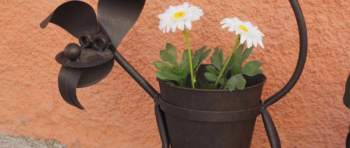 Blumen in Szene setzen mit einem Blumenständer