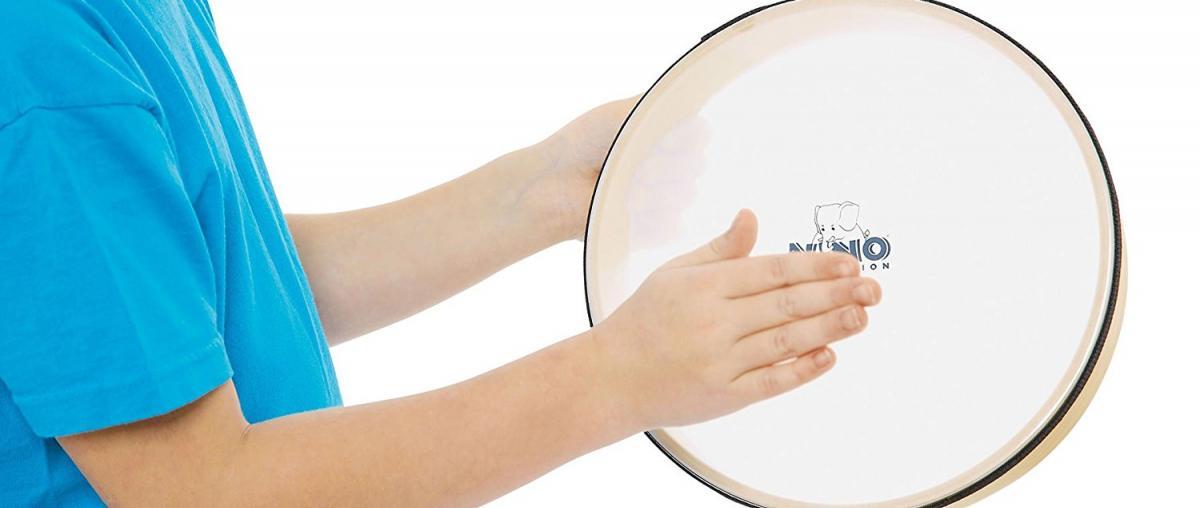 Bodhran mit einer dünnen Schicht Isolierband am Rand wird mit den Händen gespielt