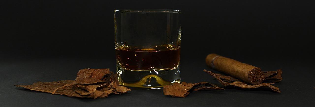 Bourbon Whisky im Vergleich - Ein guter Bourbon und eine Zigarre für den perfekten Männerabend.
