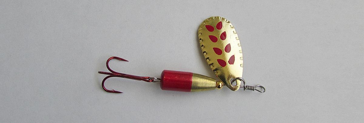 Drillings-Angelhaken angebracht an einem Blinker