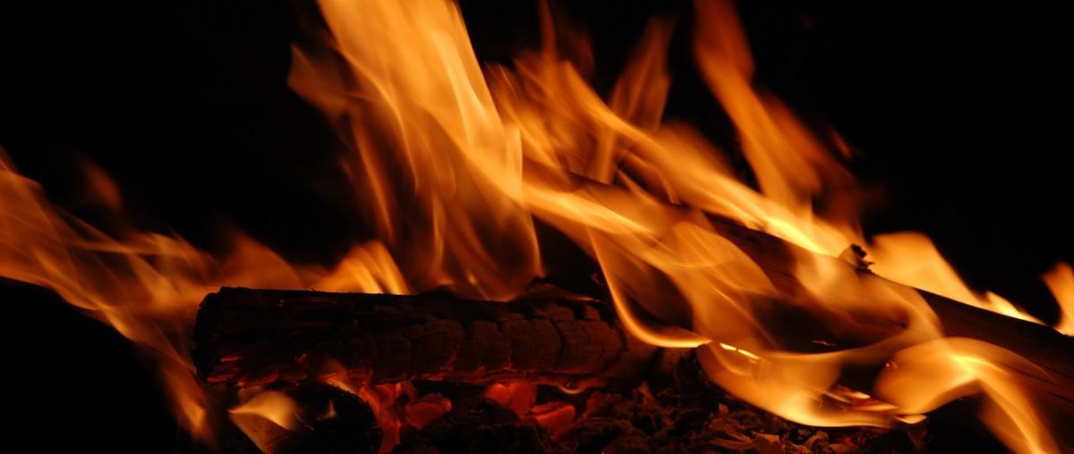 Kaminfeuer im wasserführenden Kaminofen