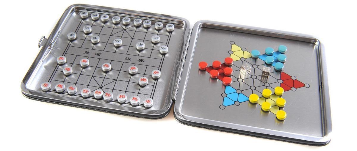 Zusammenklappbares chinesisches Schach und Sternen-Halma mit Spielsteinen und Würfel