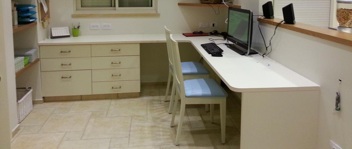 Home-Office mit Schreibtisch, Stühlen und einem PC