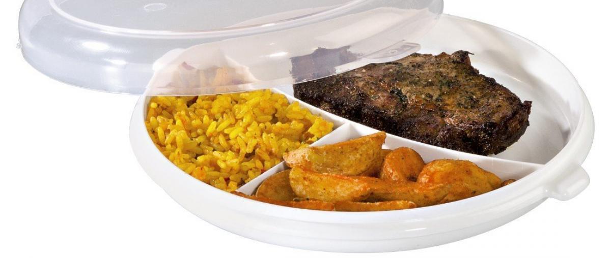 Mikrowellengeschirr mit Reis und Fleisch als Teller mit getrennten Bereichen
