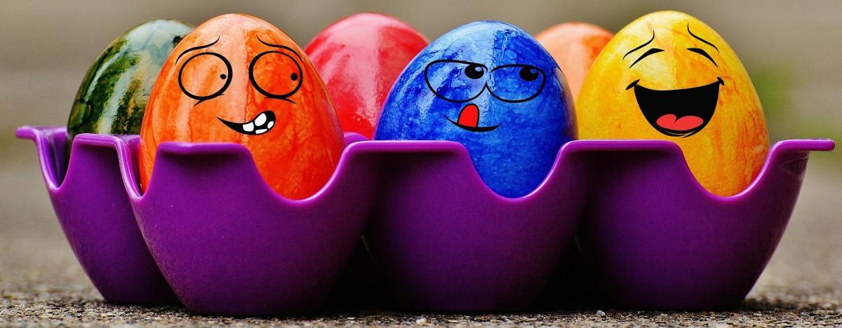 Ostereier mit verschiedenen Farben und Mustern verziert