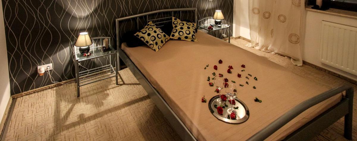 Schlafzimmer inklusive Bett und Dekokissen mit Muster