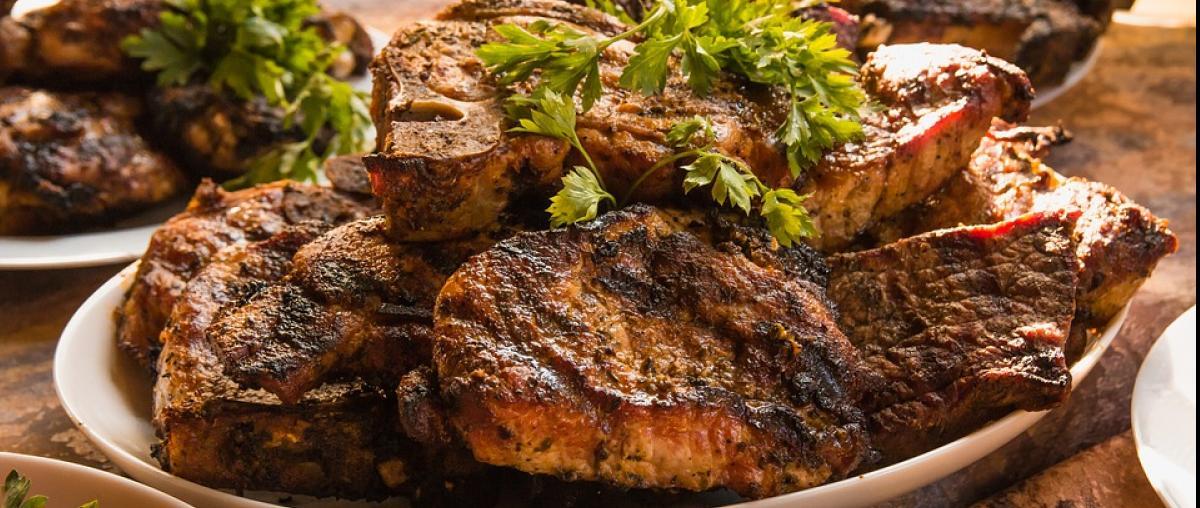 Teller mit Steaks