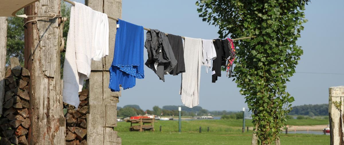 Wäscheleine mit Kleidung im Freien
