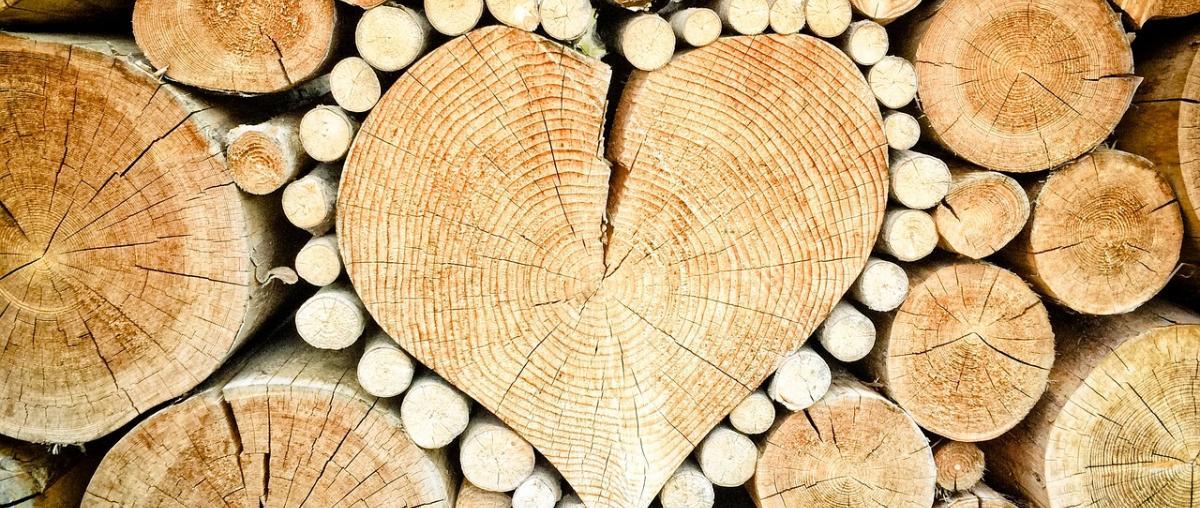 Holzbalken in Herzform