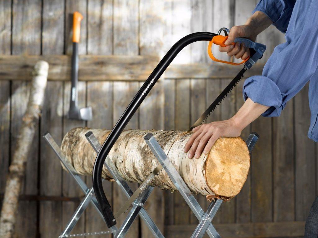 Die Bügelsäge eignet sich zum Sägen von feuchten, dicken Stämmen und Ästen, auch in dichtem Gehölz. Das Werkzeug ist so konzipiert, dass Schnittbewegungen in beide Richtungen vorgenommen werden können