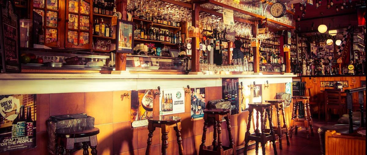 Bar mit Barhockern