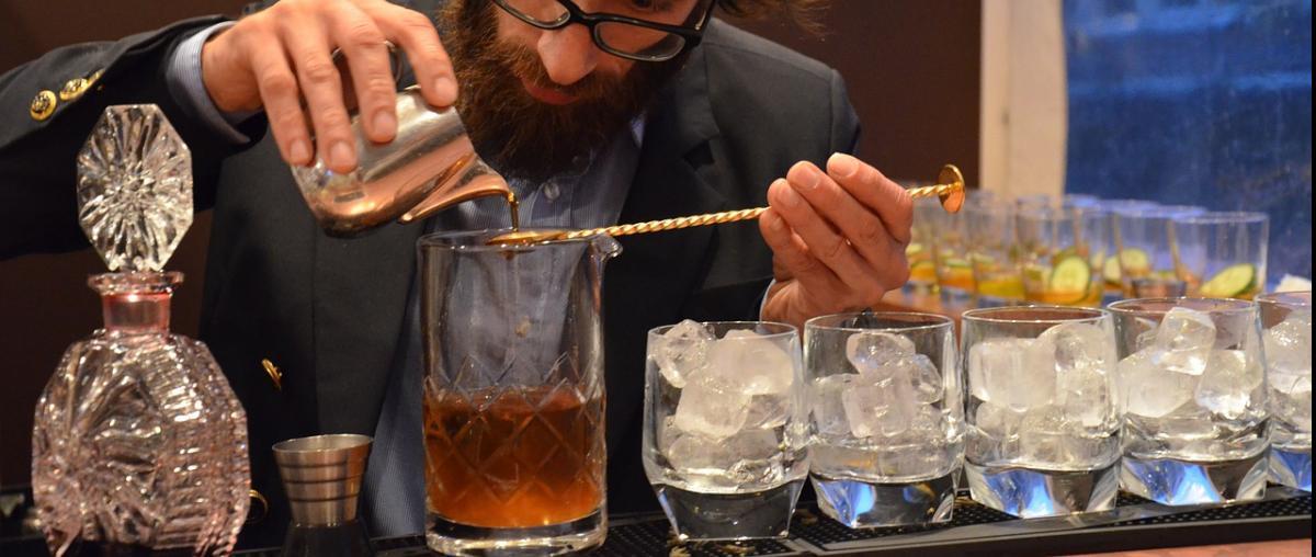 Barkeeper beim Abmessen