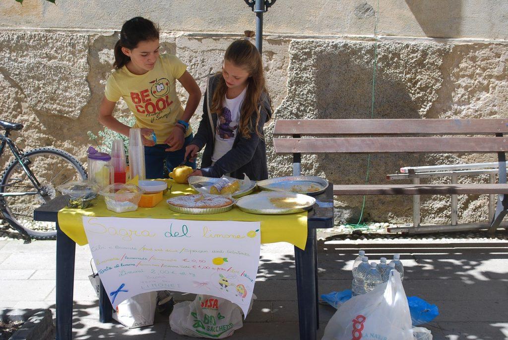 Kinder bei einem Limonadenstand