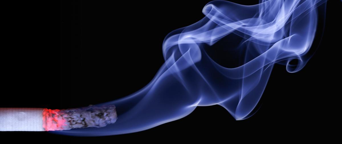 Zigarette mit Glut und sichtbarem Rauch