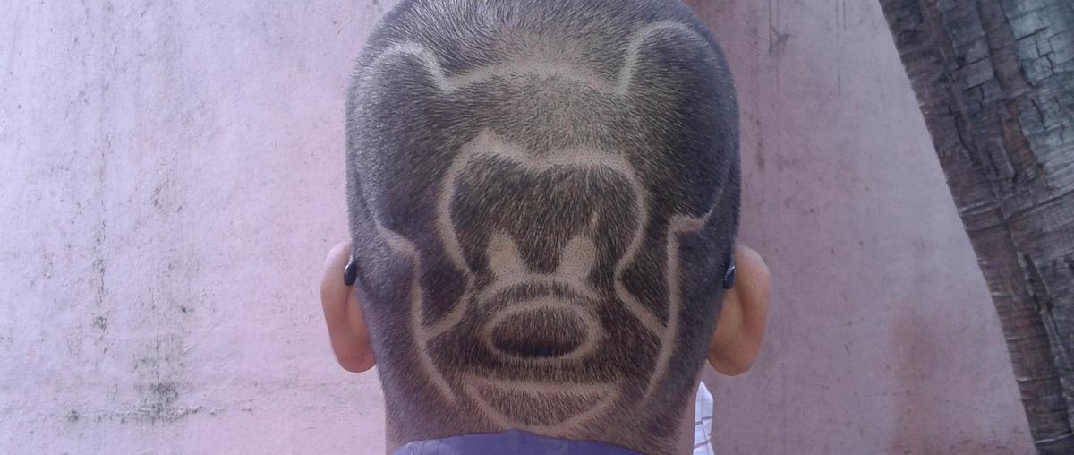 Design von Micky Maus in die Frisur rasiert