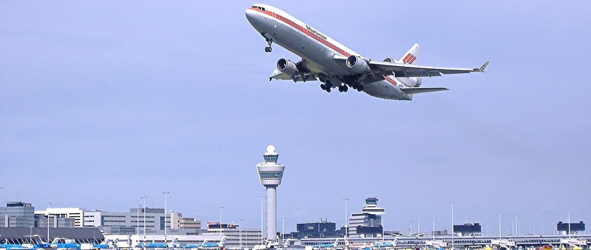 Ein Düsenflugzeug beim Abheben vom Flughafen Amsterdam-Schiphol in den Niederlanden