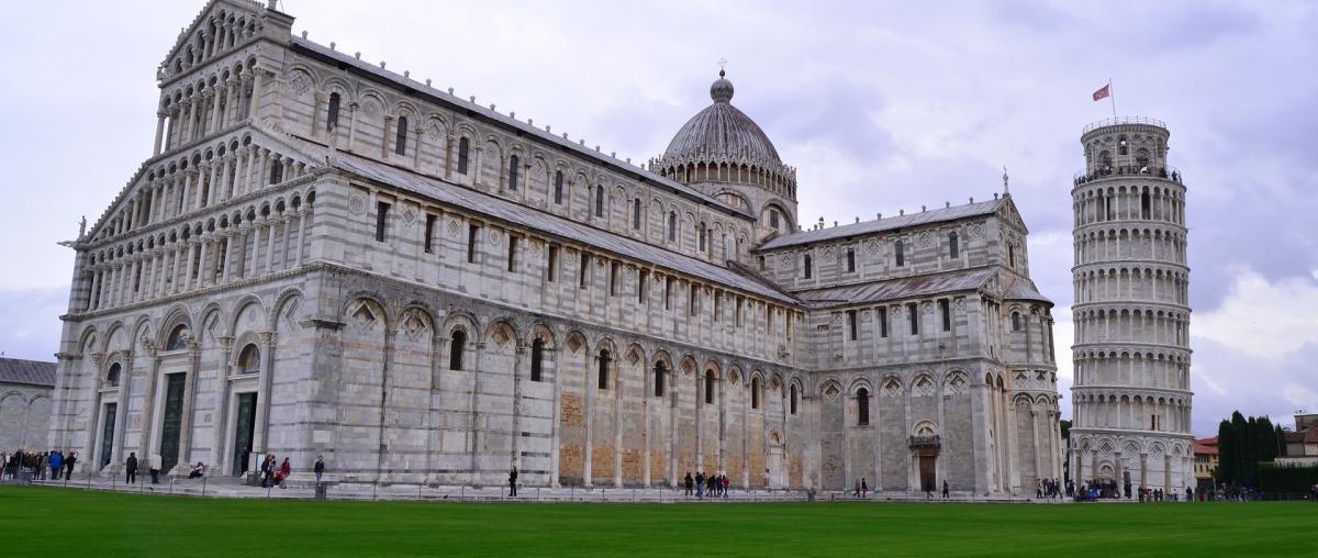 Der schiefe Turm von Pisa, wie er in Italien als Sehenswürdigkeit bewundert werden kann