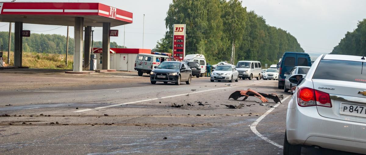 Karosserieteile liegen auf einer Straße in Russland nach einem Unfall auf der Straße