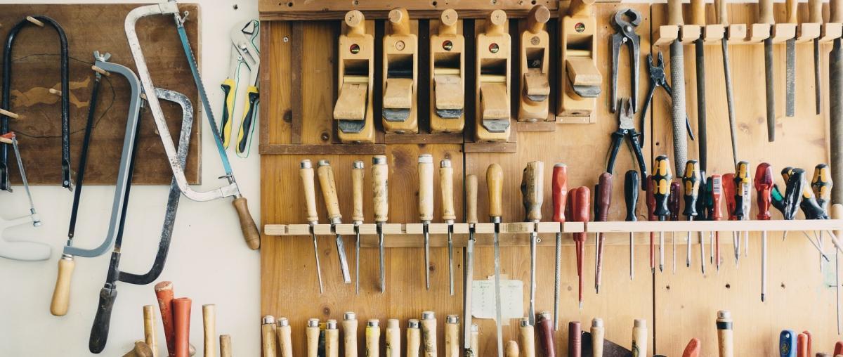 Eine Wand voller Werkzeug mit Schraubendrehern, Zangen, Sägen und Feilen in unterschiedlichen Formen und gut sortiert aufgehängt