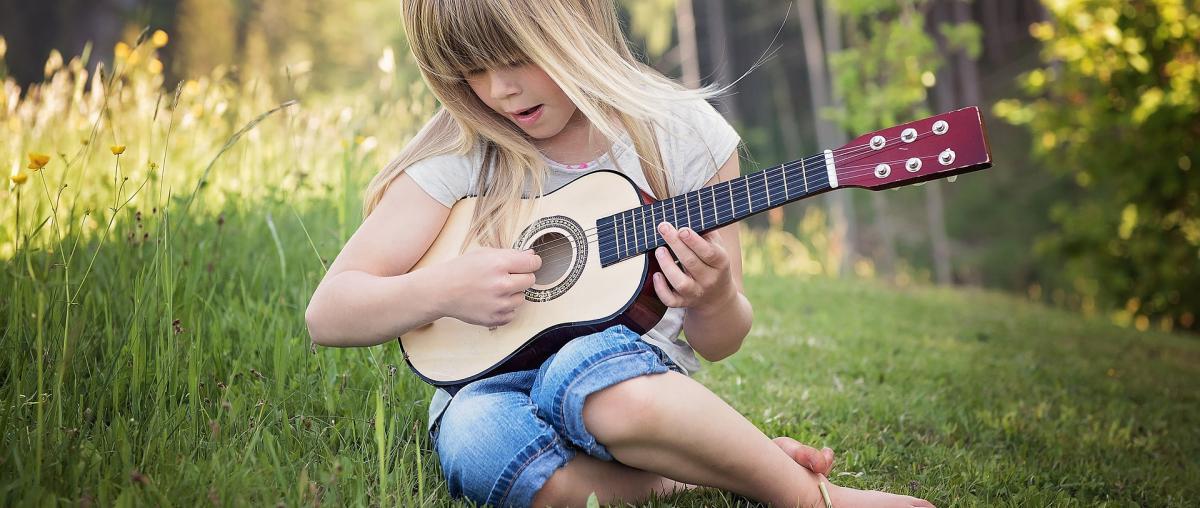 Kleine Kindergitarre ganz groß